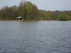 Panorama - Blick auf Hütte 1 (von Hütte 3) zum Ostufer